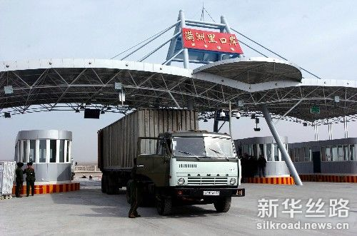 一辆来自俄罗斯的运货卡车通过新满洲里公路口岸的货运通道