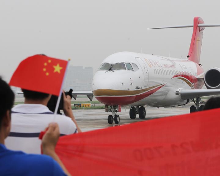中国首架国产新支线飞机ARJ21首航成功
