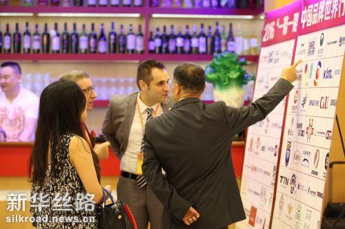 图为17日在意大利那不勒斯中意两国来宾在活动中观看品牌展板 记者罗娜摄