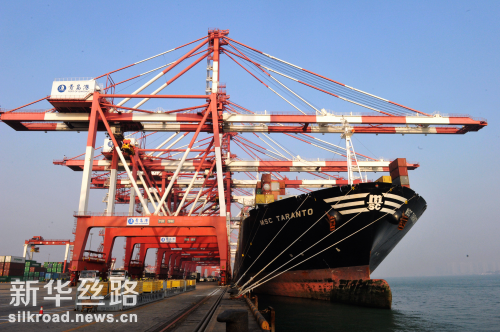 图为外轮在山东青岛港外贸集装箱码头装卸集装箱