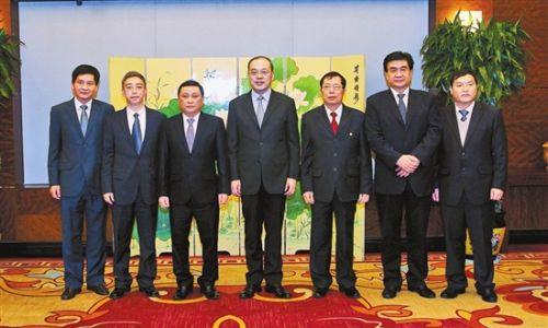 图为云南省代省长阮成发(中)会见越南4省领导