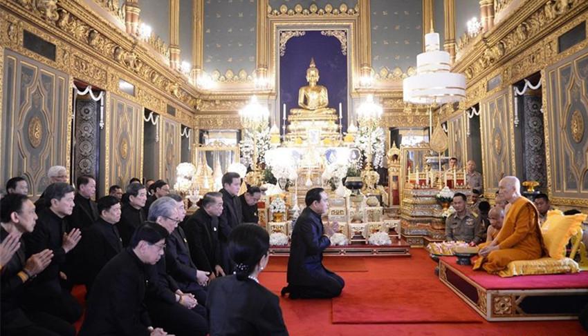 2月14日,泰国总理巴育(中)和政府官员在泰国曼谷的拉查波比托寺拜谒泰国第20任僧王颂提帕玛哈穆尼翁(右一)。颂提帕玛哈穆尼翁2月12日在泰国国王哇集拉隆功主持下正式就任泰国新僧王。泰国人90%以上信仰佛教。泰国僧王具有极高的地位,是泰国佛教最高领袖。