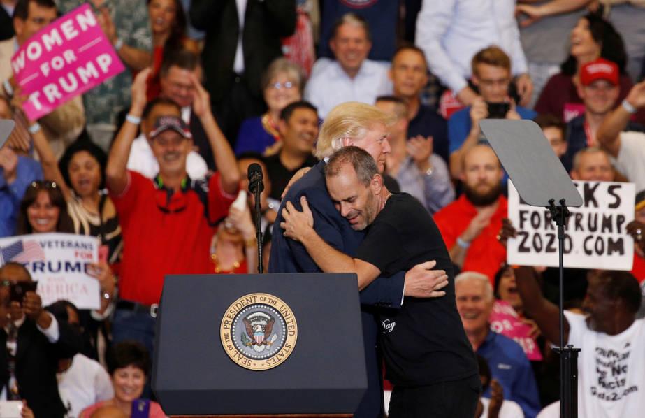 """当地时间2月18日下午,美国佛罗里达州墨尔本,美国总统特朗普在奥兰多-墨尔本国际机场举行""""让美国再次伟大""""集会活动。"""