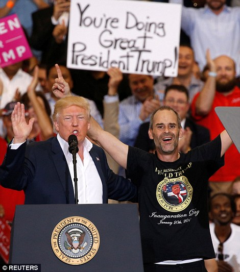 这名支持者名叫基因·胡贝尔(Gene Huber),他以自己独特的方式与特朗普同台,还和总统相互拥抱。特朗普让他对集会人群说几句话,胡贝尔难掩激动之情。胡贝尔的T恤上印着特朗普的头像,为了参加这次活动,他从凌晨四点就开始排队。