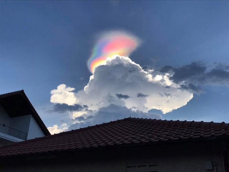 """新加坡出现罕见""""火彩虹"""" 被误认成UFO"""
