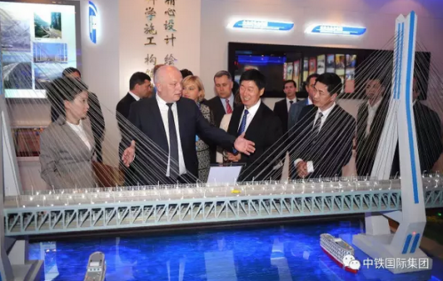 库比夫副总理在张宗言总裁的陪同下参观中国中铁展览厅