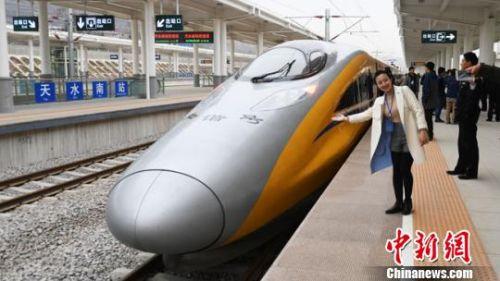 3月21日,占宝兰客专总长度89%的甘肃段正式开启联调联试。(图片来源:中国新闻网 杨艳敏摄)