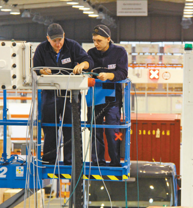 在同方威视位于波兰中部城市科贝乌卡的工厂里,波兰工人正在施工