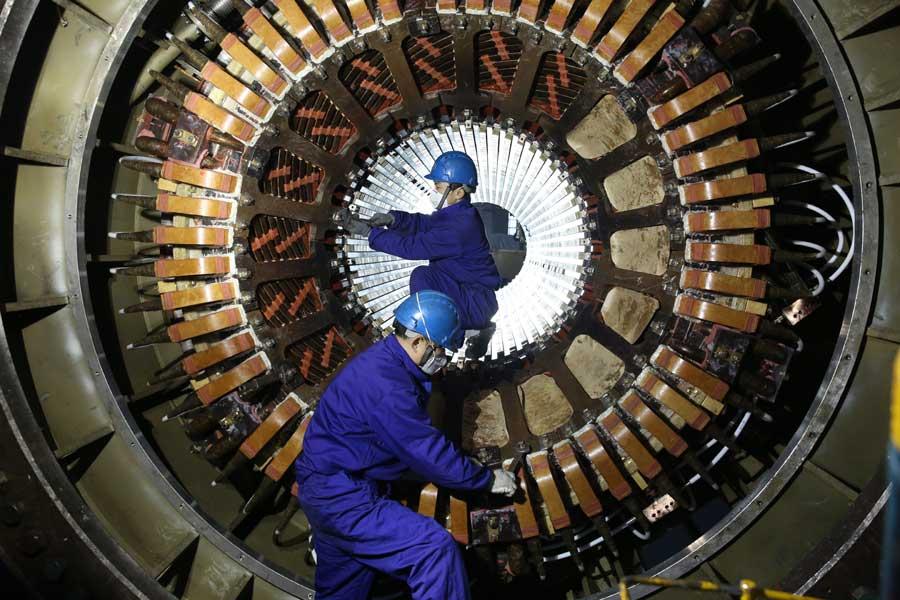 哈尔滨电机厂有限责任公司操作者正在进行30万产品定子下线工序