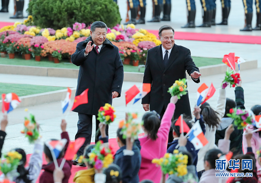 11月17日,国家主席习近平在北京人民大会堂同来华进行国事访问的巴拿马总统巴雷拉举行会谈。这是会谈前,习近平在人民大会堂东门外广场为巴雷拉举行欢迎仪式。新华社记者 谢环驰 摄