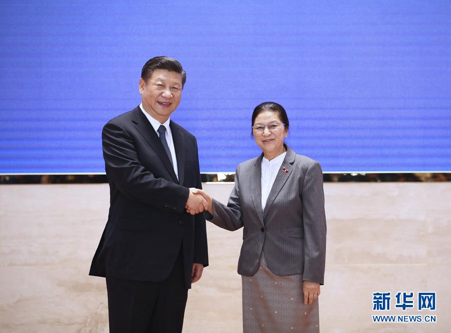 11月14日,中共中央总书记、国家主席习近平在万象国家会议中心会见老挝国会主席巴妮。 新华社记者 兰红光 摄