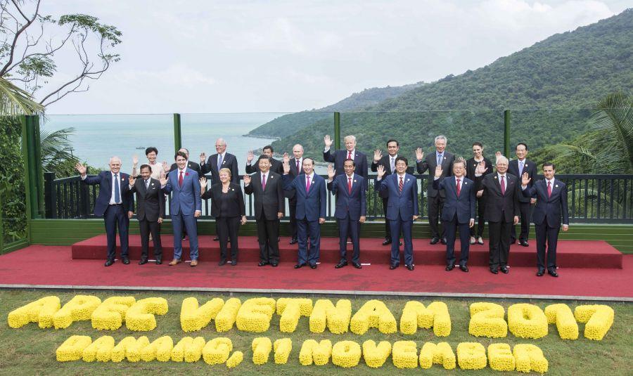 11月11日,亚太经合组织第二十五次领导人非正式会议在越南岘港举行。国家主席习近平出席并发表题为《携手谱写亚太合作共赢新篇章》的重要讲话。这是会议期间,国家主席习近平同其他亚太经合组织成员经济体领导人、代表合影。新华社记者 李涛 摄