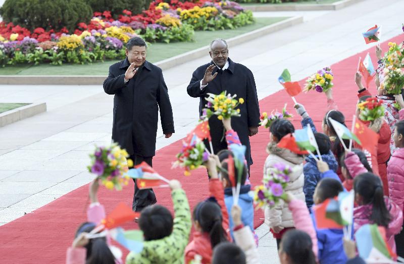 11月23日,国家主席习近平在北京人民大会堂同来华进行国事访问的吉布提总统盖莱举行会谈。这是会谈前,习近平在人民大会堂东门外广场为盖莱举行欢迎仪式。 新华社记者 张铎 摄