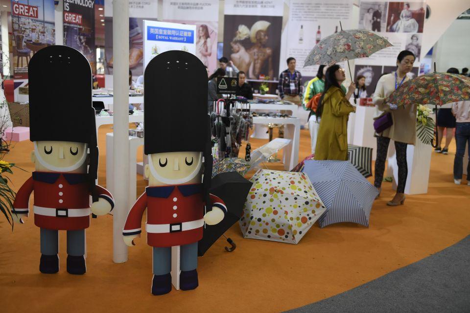 观众在在欧洲馆展区参观英国的文创产品。新华社记者 黄宗治摄