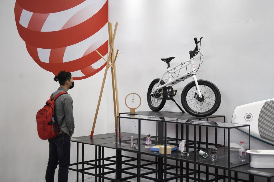 """观众在""""一带一路""""国际主题馆参观德国红点设计概念大奖获奖作品。新华社记者 黄宗治摄"""
