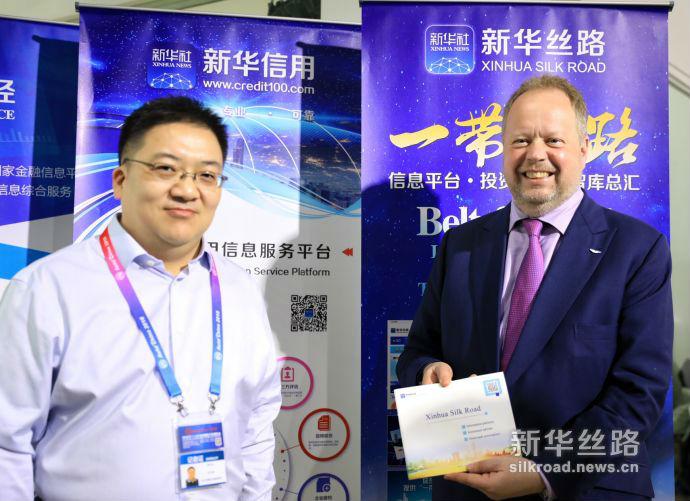 """新华丝路助力全球车企开拓中国市场和""""一带一路""""市场。中国经济信息社副总裁匡乐成(左)和阿斯顿·马丁首席执行官安迪·帕尔默博士(右)合影。中国经济信息社向帕尔默博士介绍了新华丝路、新华财经和新华信用等信息服务,特别是新华丝路这项国际化的经济信息服务。(新华社记者 叶琼摄)"""