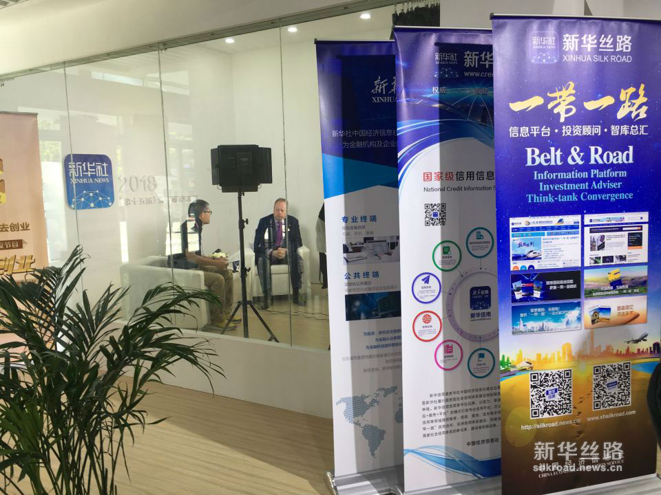 阿斯顿·马丁首席执行官安迪·帕尔默博士在2018(第十五届)北京国际汽车展览会中国经济信息社直播间接受采访。(新华社记者 李璐摄)