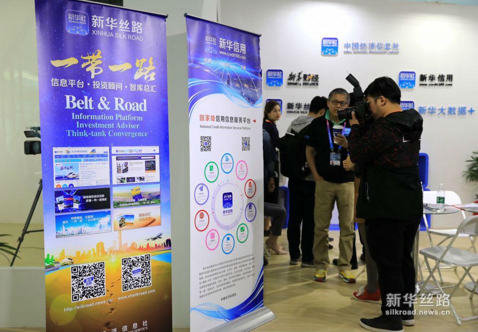 新华丝路在2018(第十五届)北京国际汽车展览会上受到媒体关注。(新华社记者 叶琼摄)