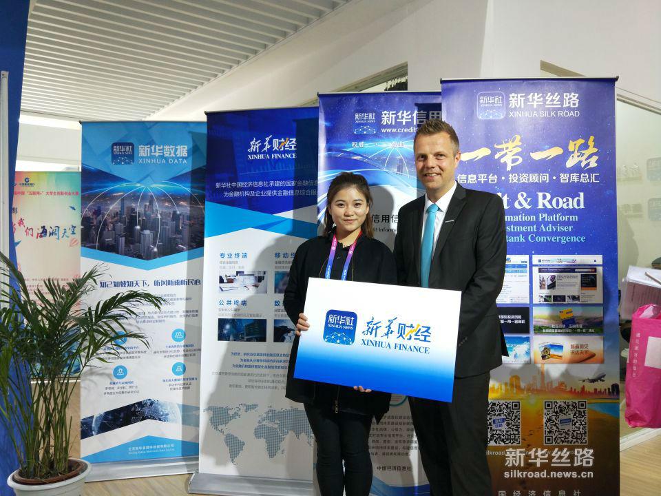 长城汽车动力总裁科恩·克莱姆了解中国经济信息社产品。(新华社 张红超摄)