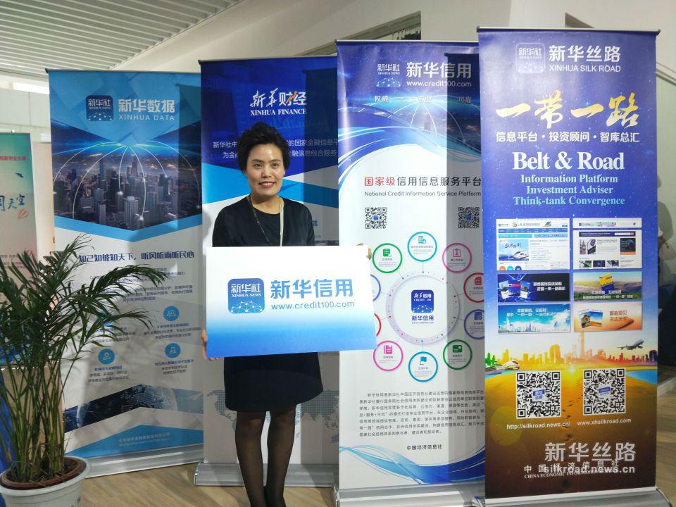中国交通电视频道总监王丽做客北京车展中经社展馆。(新华社 张红超摄)