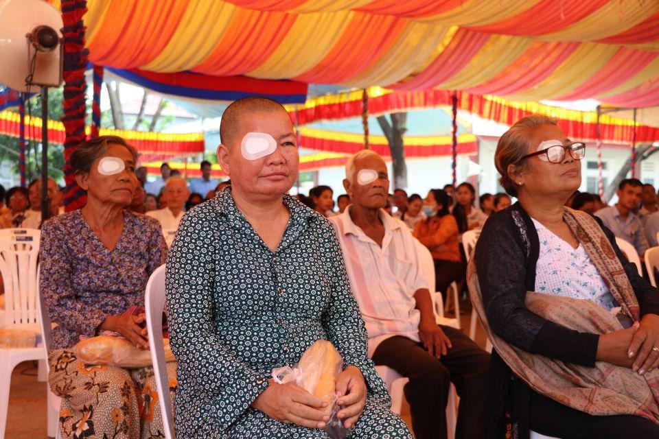 """5月17日,在柬埔寨磅湛省省医院内,当地患者参加""""一带一路""""清除白内障致盲行动启动仪式。新华社记者毛鹏飞摄"""