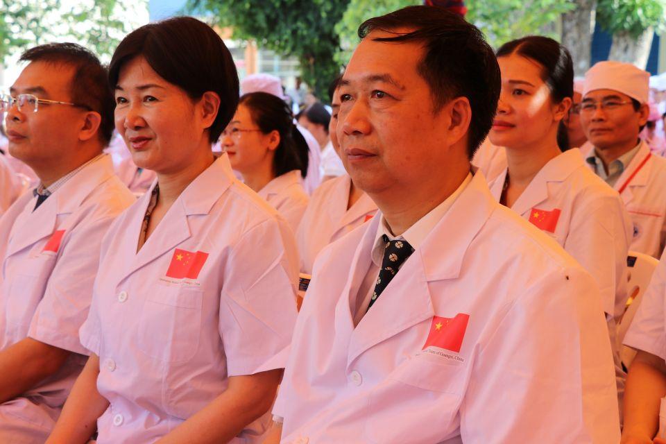 """5月17日,在柬埔寨磅湛省省医院内,来自中国广西人民医院眼科的医疗队参加""""一带一路""""清除白内障致盲行动启动仪式。新华社记者毛鹏飞摄"""
