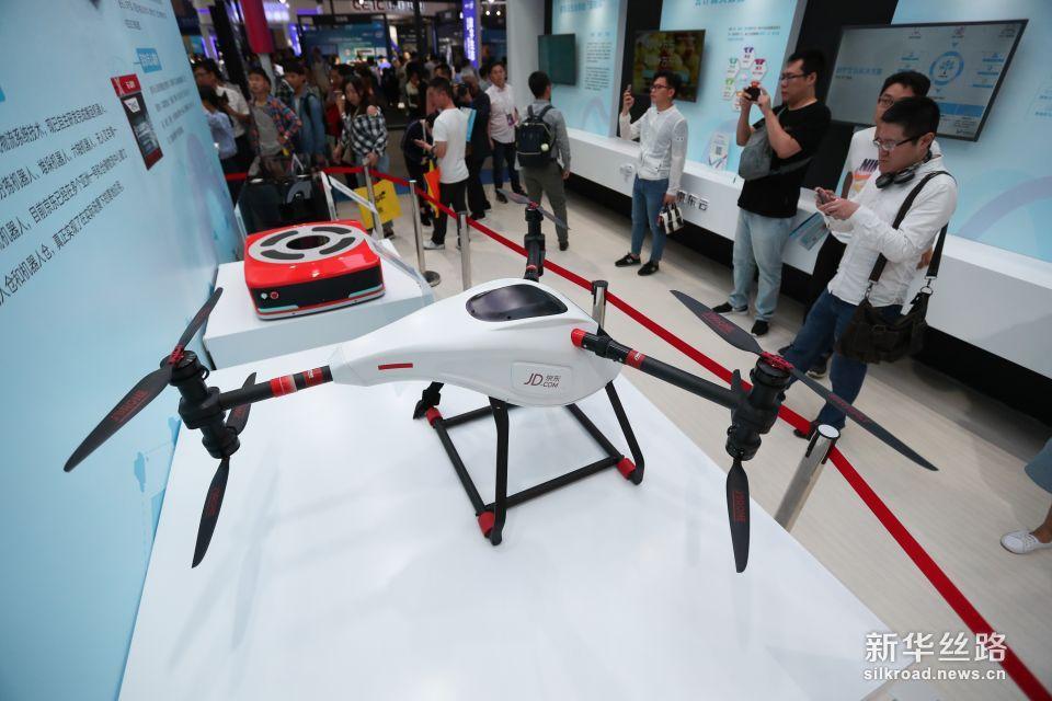 5月26日,参观者在数博会上观看京东送货无人机。新华社记者 刘续 摄