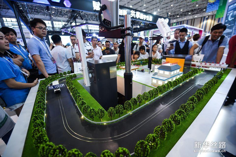 5月26日,参观者在数博会上参观高速不停车移动支付系统。新华社记者 陶亮 摄