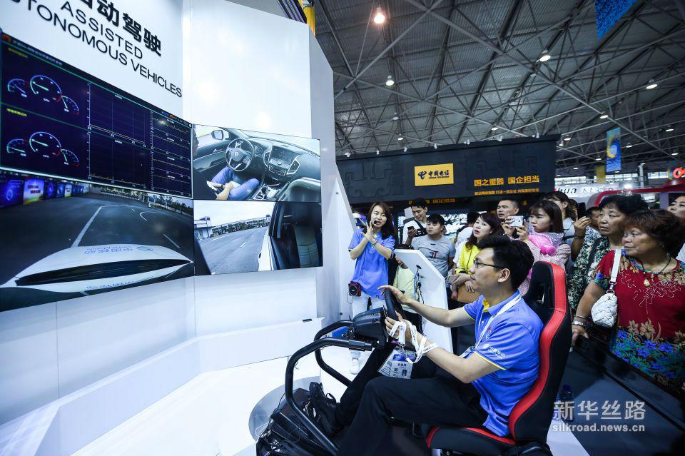 5月26日,参展商在数博会上向观众介绍5G远程自动驾驶。新华社记者 陶亮 摄