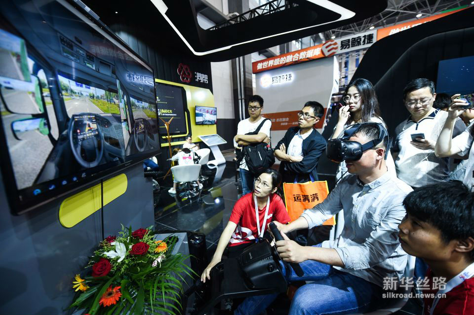 5月26日,参观者在数博会上体验VR重卡驾驶。新华社记者 陶亮 摄