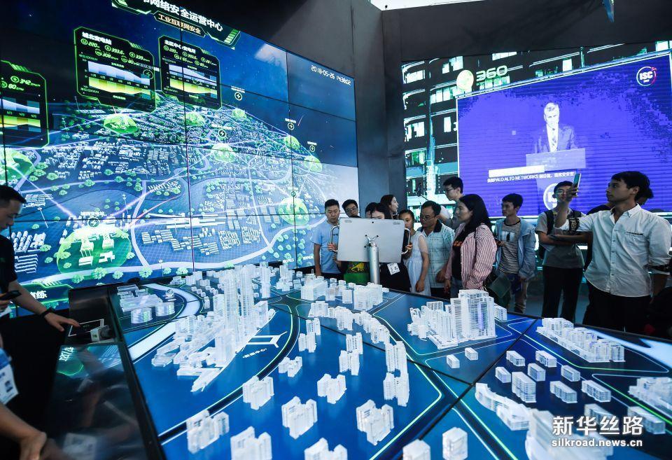 5月26日,参观者在数博会上参观城市网络安全运营中心。新华社记者 陶亮 摄