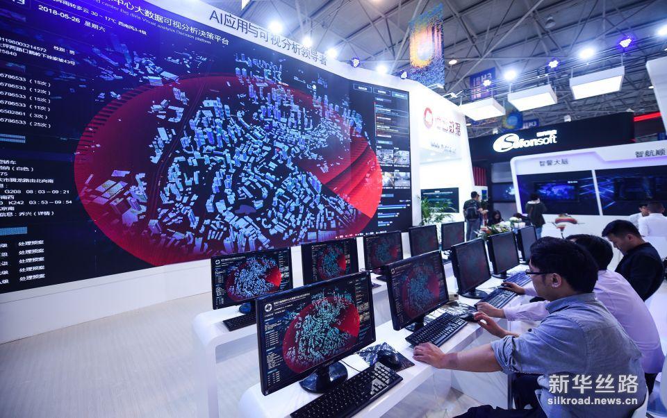5月26日,参展商在数博会上演示智警大脑指挥中心。新华社记者 陶亮 摄