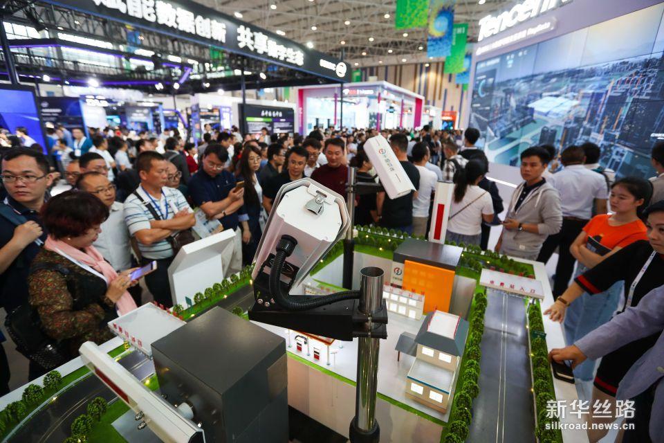 5月26日,观众在数博会上参观优图天眼智能交通平台。 新华社记者 刘续 摄