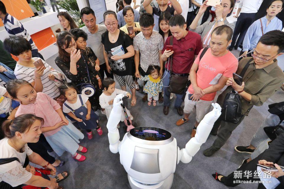 5月26日,参观者在数博会上观看跳舞的小i机器人。 新华社记者 欧东衢 摄