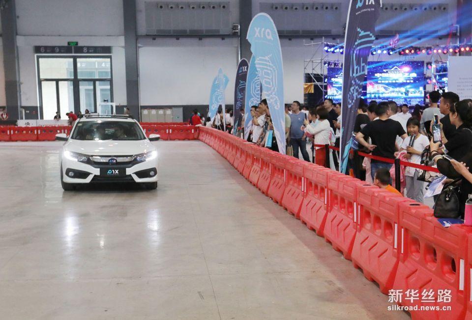 5月26日,参观者在数博会上观看无人驾驶汽车。   新华社记者 陶亮 摄