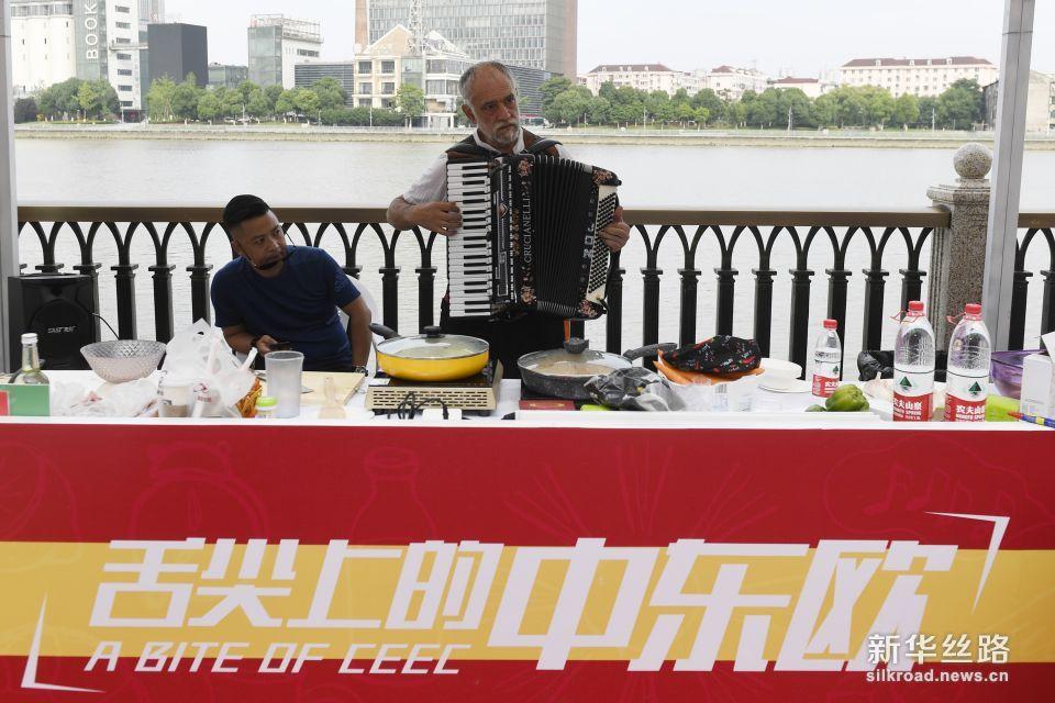 6月7日,一家从事中东欧国家特色产品进口贸易的企业代表在现场演奏手风琴。