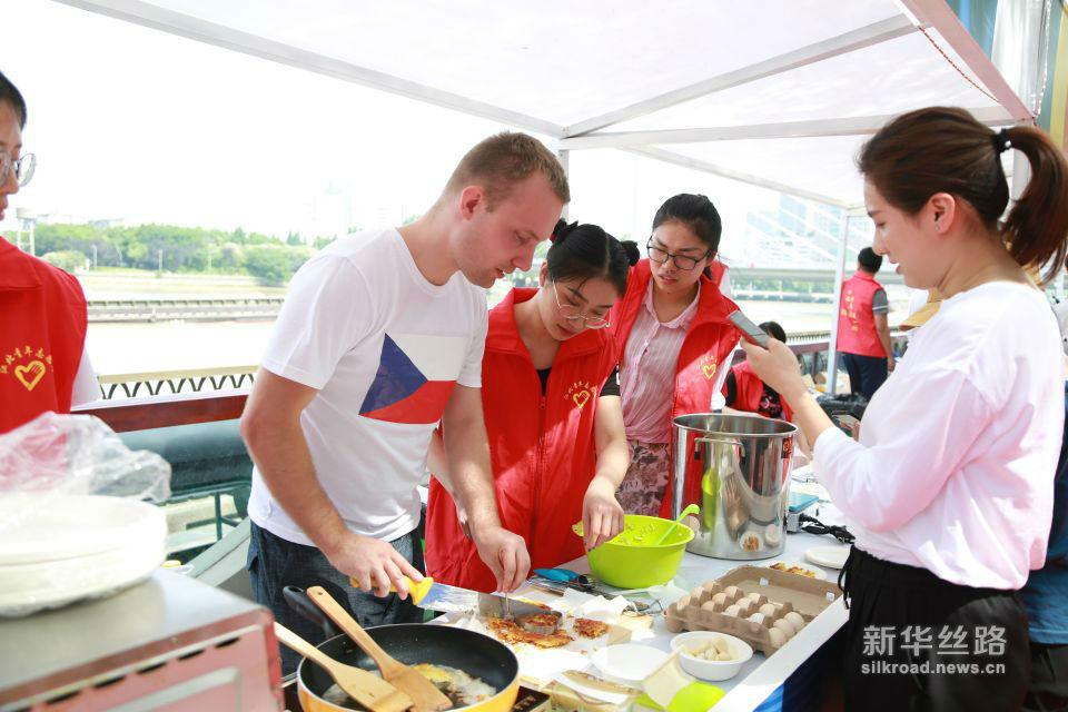 捷克大厨为市民准备特色土豆饼。黄瑞鹏摄