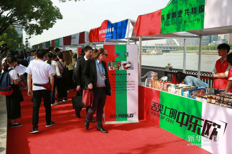 """第二届""""舌尖上的中东欧""""于6月7日启幕,吸引了宁波市民和外国友人围观品尝。黄瑞鹏 摄"""