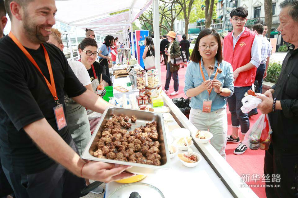 保加利亚客商向市民展示当地的特色牛肉丸。黄瑞鹏 摄