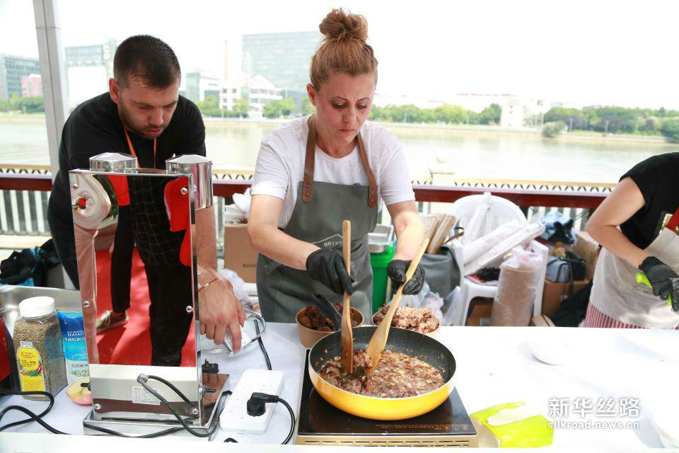 保加利亚大厨在烹饪特色牛肉丸。黄瑞鹏 摄