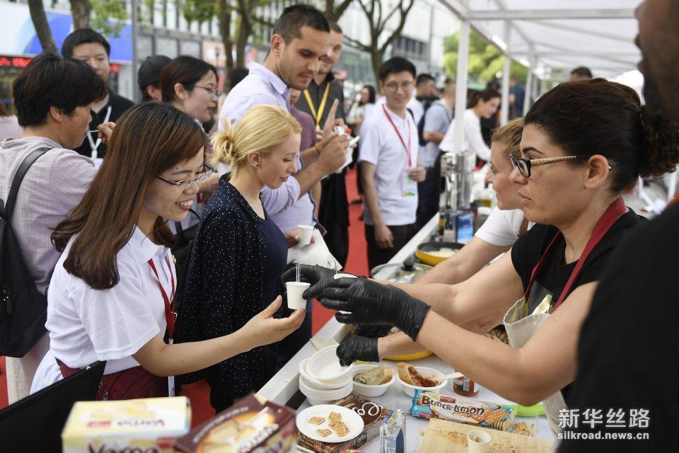6月7日,市民和游客在现场品尝保加利亚的美食。