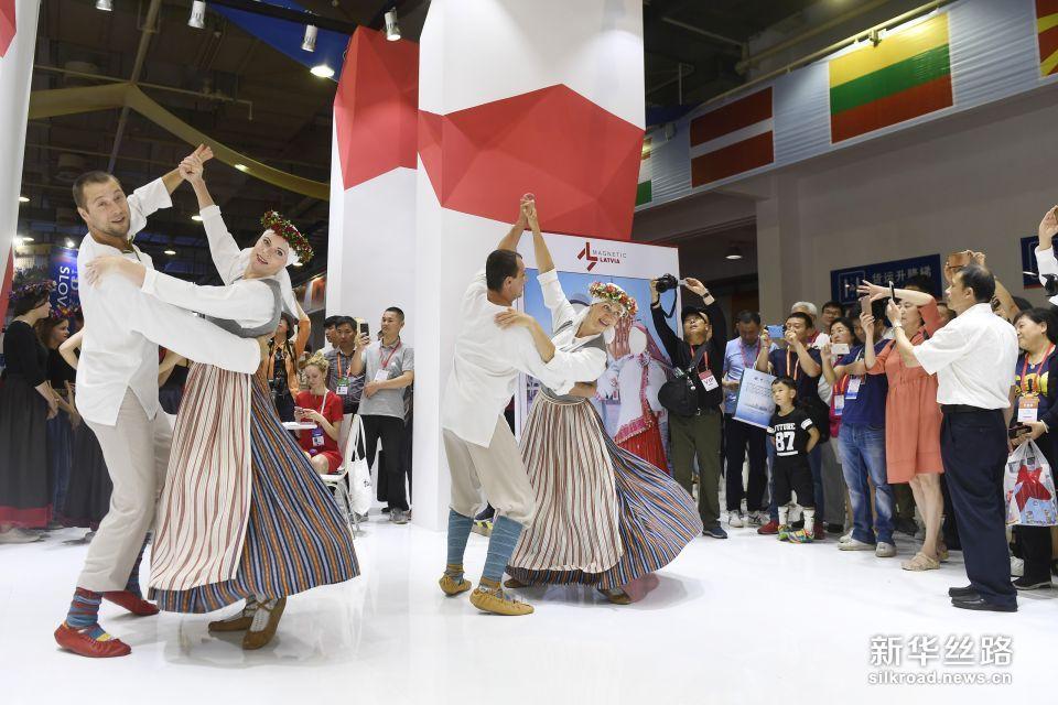 6月8日,在中东欧商品展拉脱维亚馆,演员展示拉脱维亚的民间特色舞蹈。新华社记者 黄宗治 摄