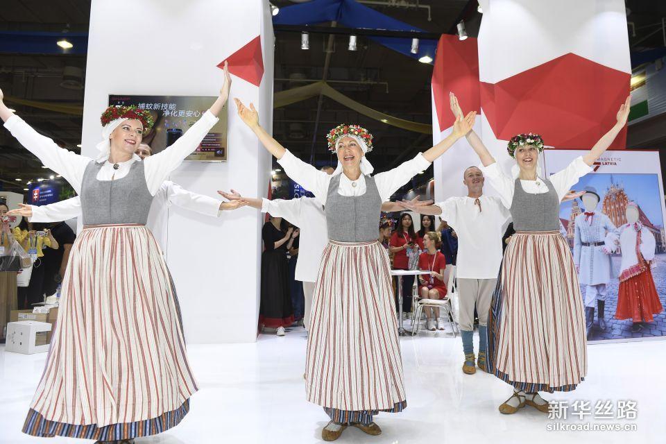 6月8日,在中东欧商品展拉脱维亚馆,演员展示拉脱维亚的民间特色舞蹈。 新华社记者 黄宗治 摄