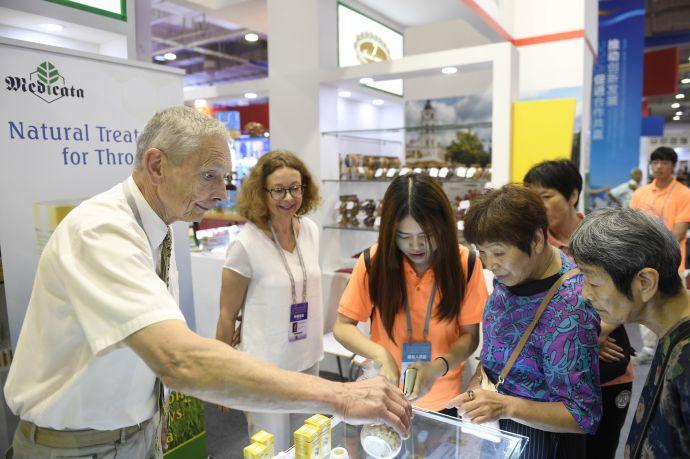 6月8日,参加中东欧商品展的客商现场展示来自立陶宛的天然蜂胶保健品。新华社记者 黄宗治 摄