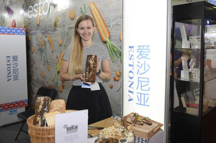 6月8日,参加中东欧商品展的客商现场展示来自爱沙尼亚特色的天然酵母面包。新华社记者 黄宗治 摄