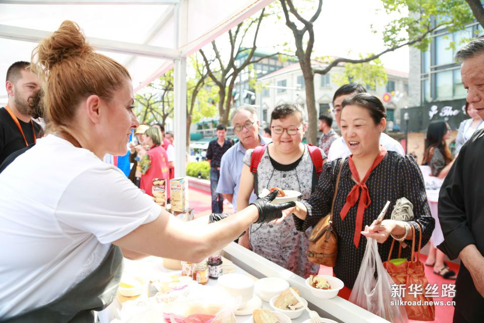 保加利亚大厨为市民递上特色牛肉丸配酸奶面包。黄瑞鹏 摄