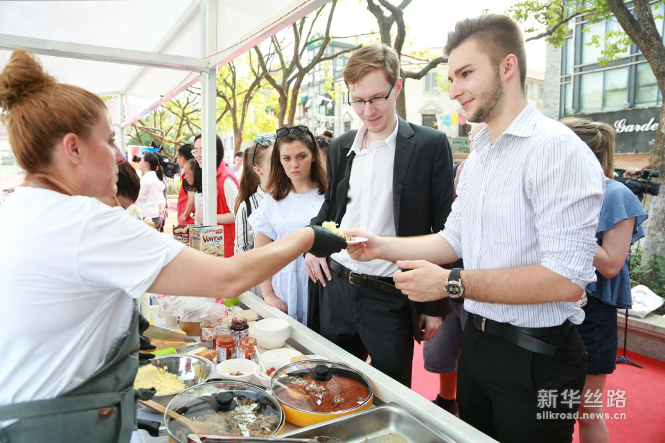 中东欧友人排队品尝当地特色美食。黄瑞鹏 摄