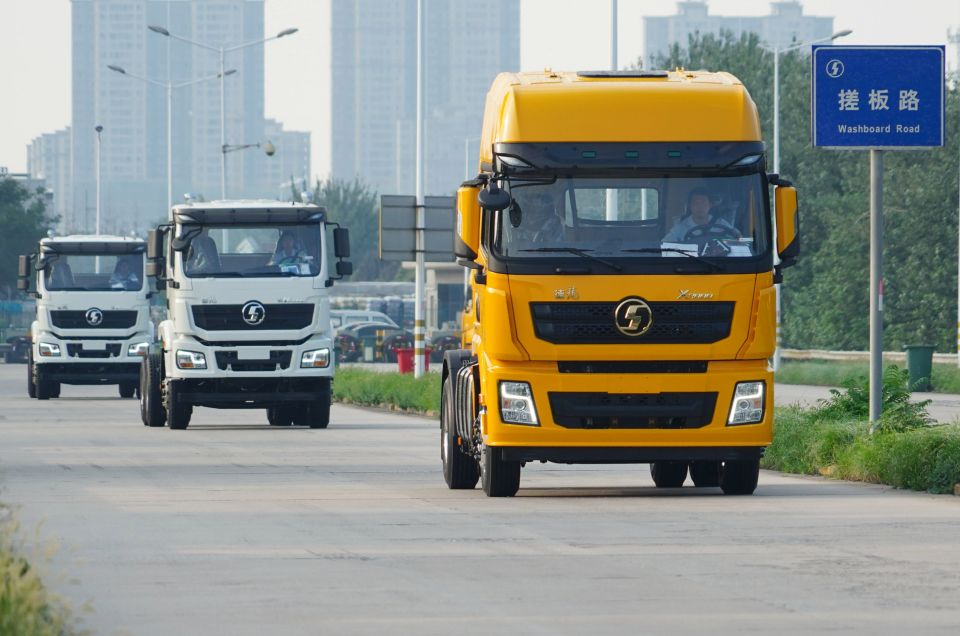 7月12日,重型卡车在陕重汽汽车总装配厂内进行路试。新华社记者 邵瑞 摄