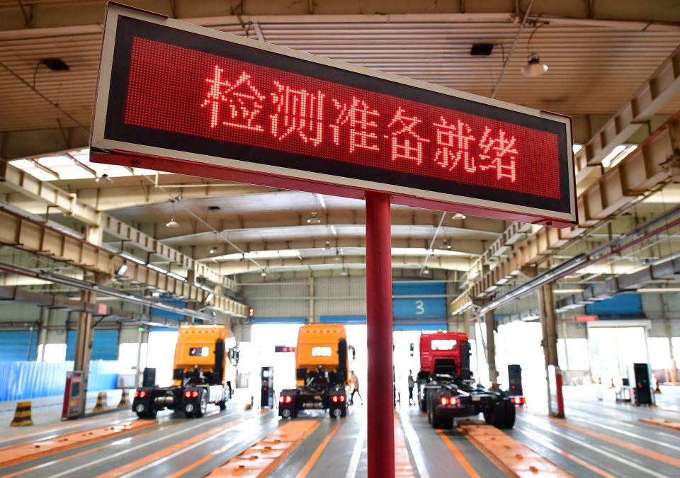 7月12日,重型卡车在陕重汽汽车总装配厂调试车间内进行检测。新华社记者 邵瑞 摄