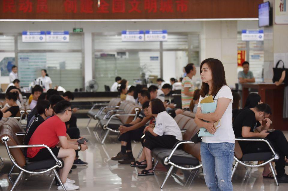 6月19日,市民在福建省晋江市行政服务中心办事。新华社记者 宋为伟 摄